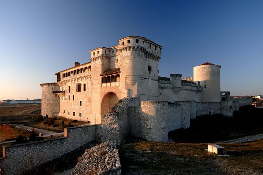 Vista_en_ángulo_del_castillo_de_Cuéllargaleria